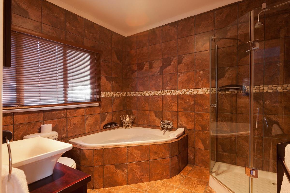 Whispering Waters Log Cabin Bathroom